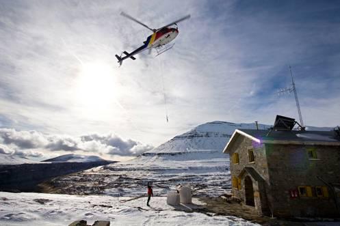 Helicóptero tras depositar una carga en el Refugio de Góriz
